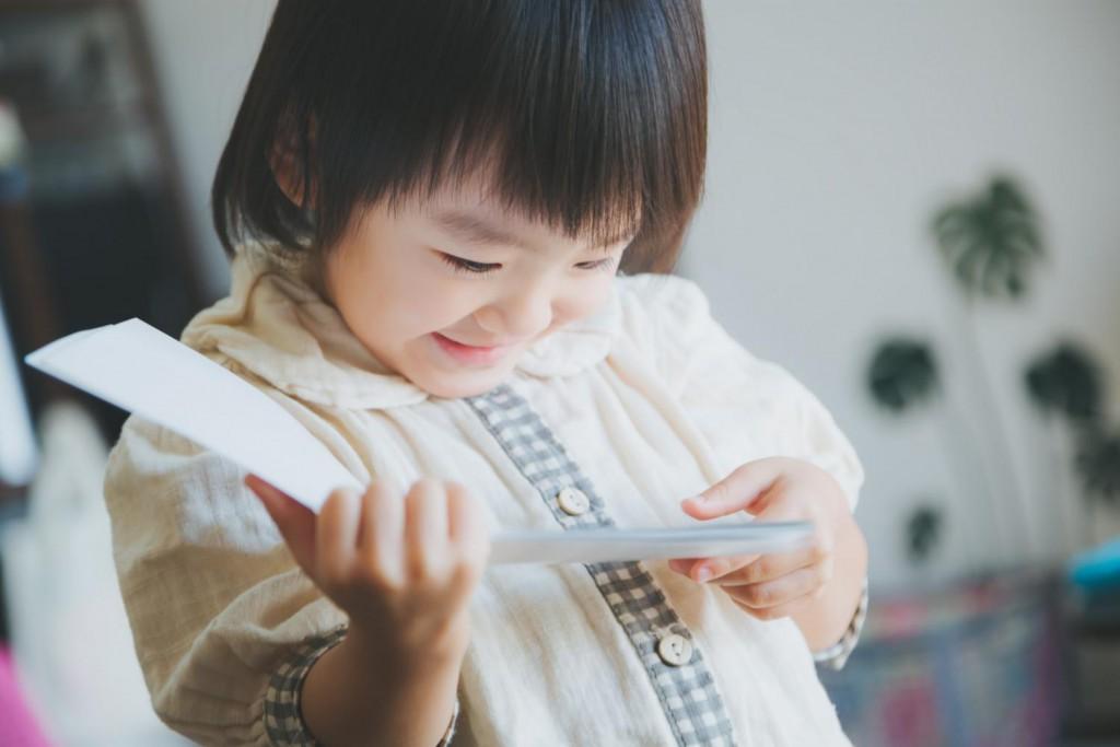 本を読む女の子(笑顔)