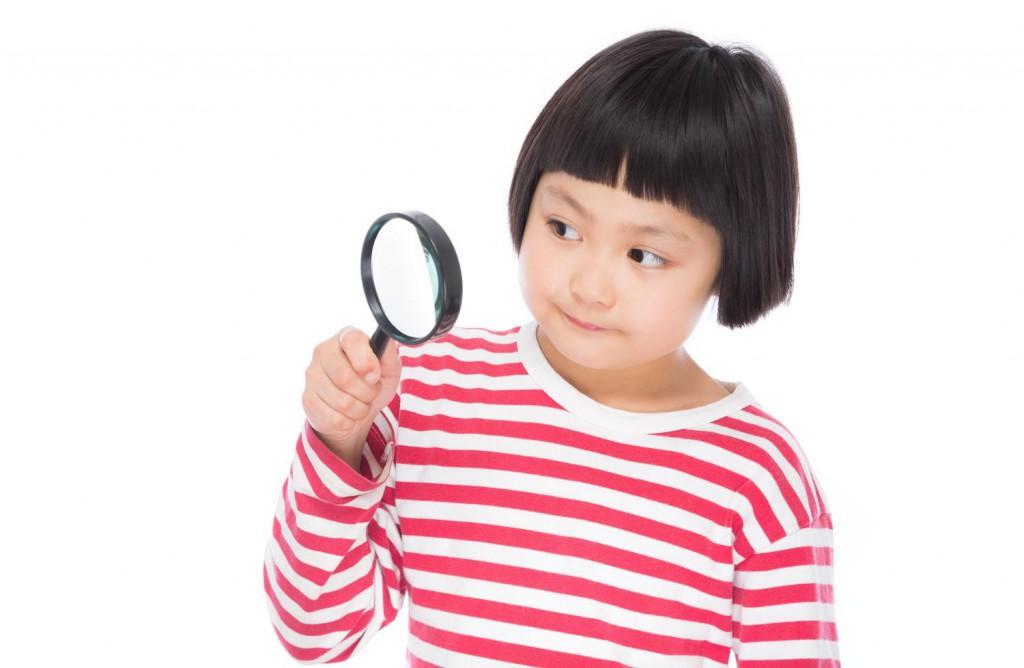 虫眼鏡の女の子